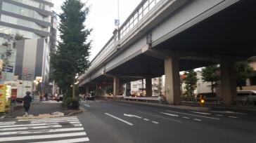 Une rue avec beaucoup de passages de voitures...