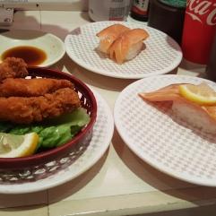 Le sushi à droite est au saumon gras poëlé...j'en ai repris 2 fois !!!